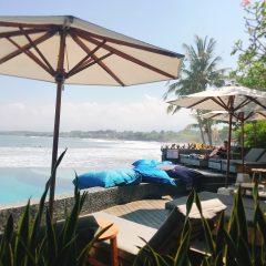 バリ島のビーチ沿いで昼食